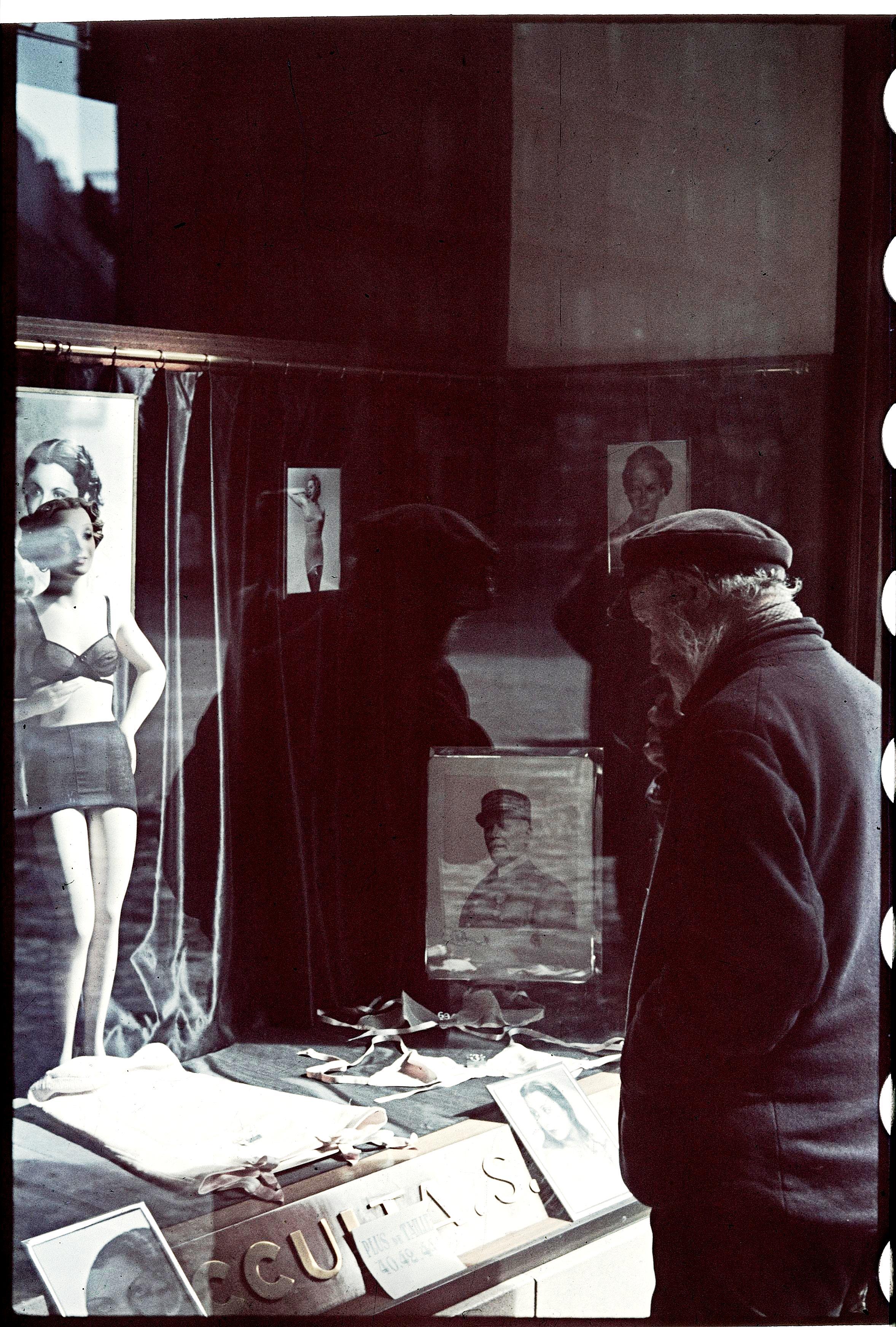 Бродяга перед витриной магазина женского белья на авеню Оперы
