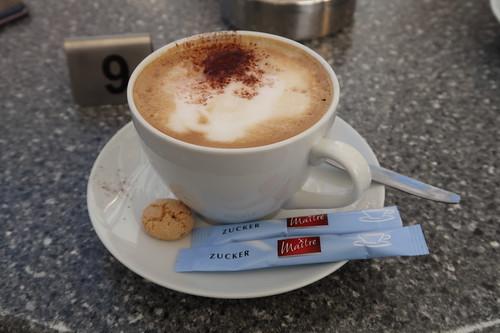 Cappuccino im Eiscafé