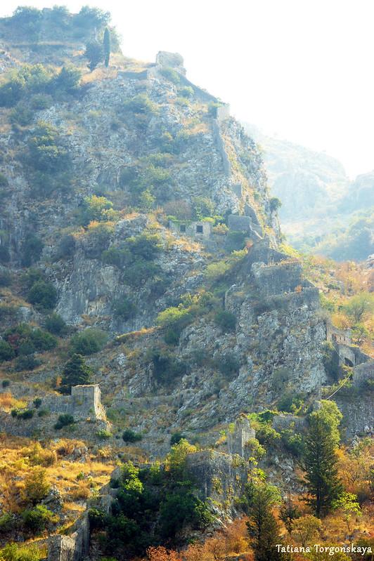 Вид на которские крепостные стены и крепость Св. Ивана