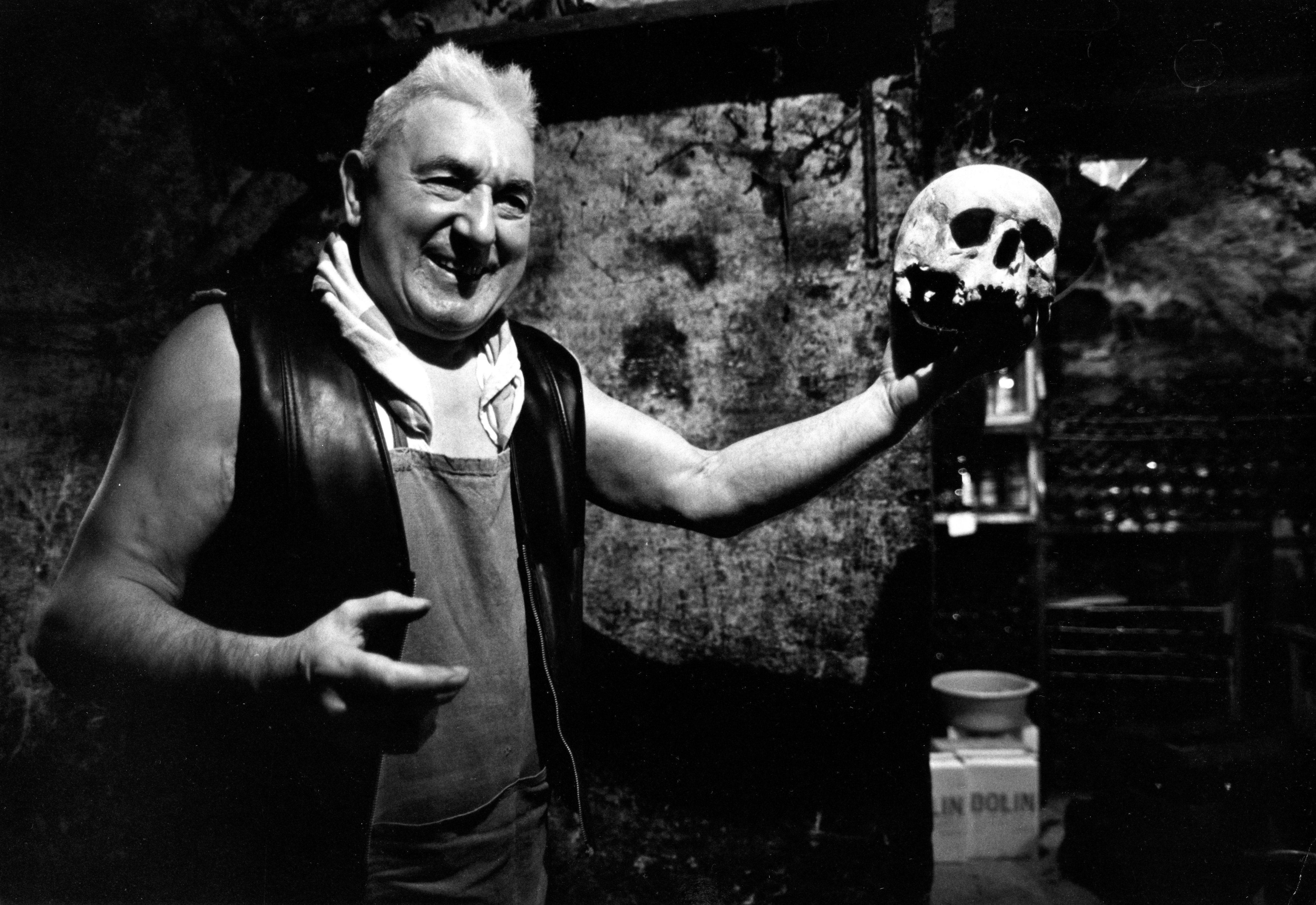 1979. Жан Сеттур, владелец бара, в подвале которого он хранил вино вместе со старыми костями, найденными на кладбище Невинных