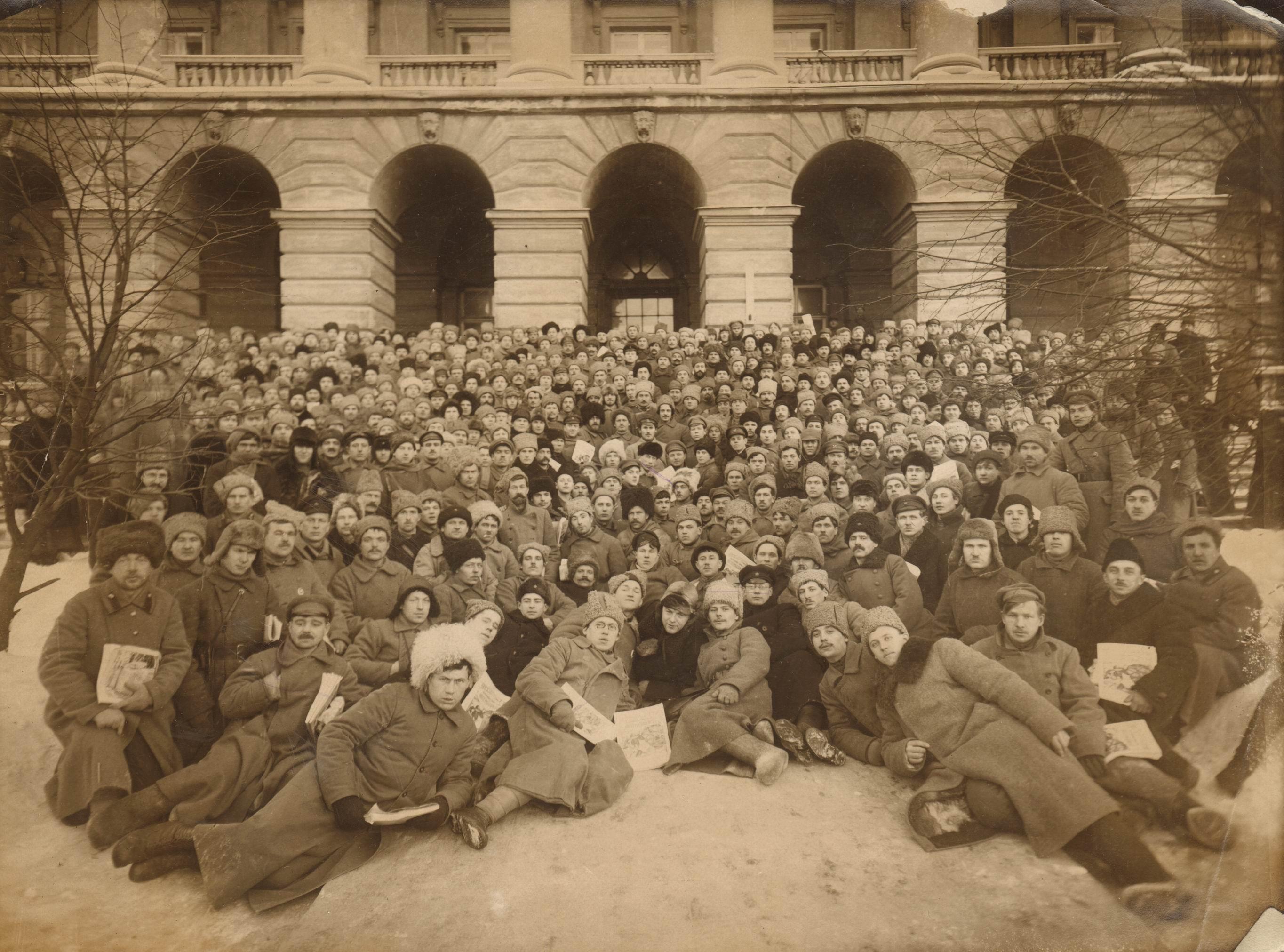1921. Групповое фото на фоне Смольного