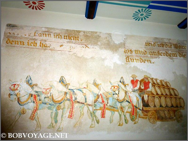 אחד מציורי הקיר ששוחזרו במלון דריסקו