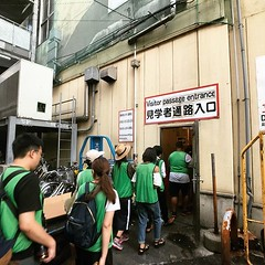 呑拿魚拍賣見学每日僅限兩場各60名參觀者進入,清晨2點出發到達魚類中心,剛好是上場的第60名,苦候幾小時終能進入拍賣禁地! 【浪遊旅人】https://ift.tt/1zmJ36B #backpackerjim #拍賣見学 #bluefin #tuna #bluefintuna #fishmarket #tsukijishijo #localmarket #market #tsukiji #tokyo #japan