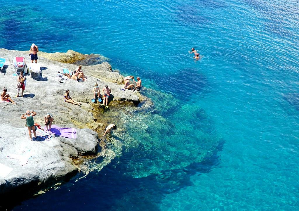 Ponzan kalliorantaa ja uskomatomman kirkas turkoosi meri