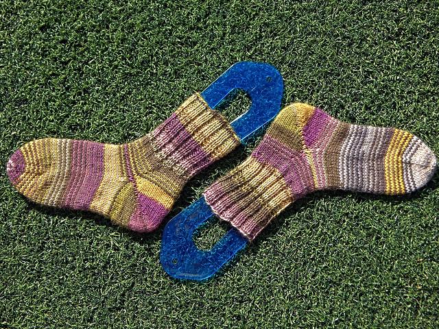 Носки спицами сверху вниз с пяткой-бумерангом, связаны хеликсом из двух самополосатящихся мотков Новиты | HoroshoGromko.ru