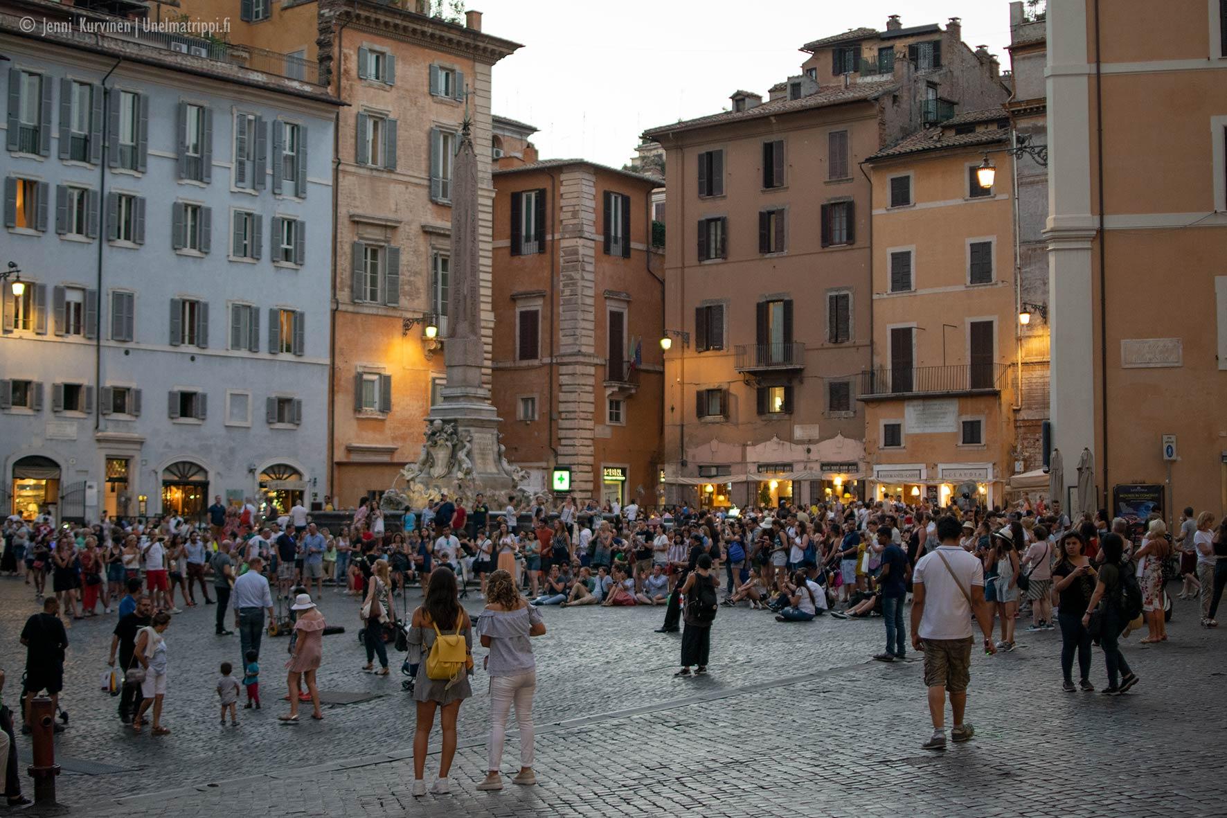 Väkeä Pantheonin edustalla