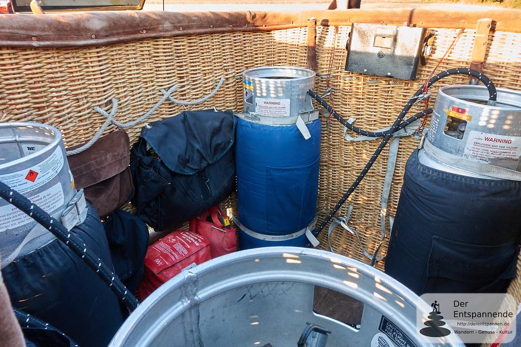 Gasflaschen und Ausrüstung im Ballon