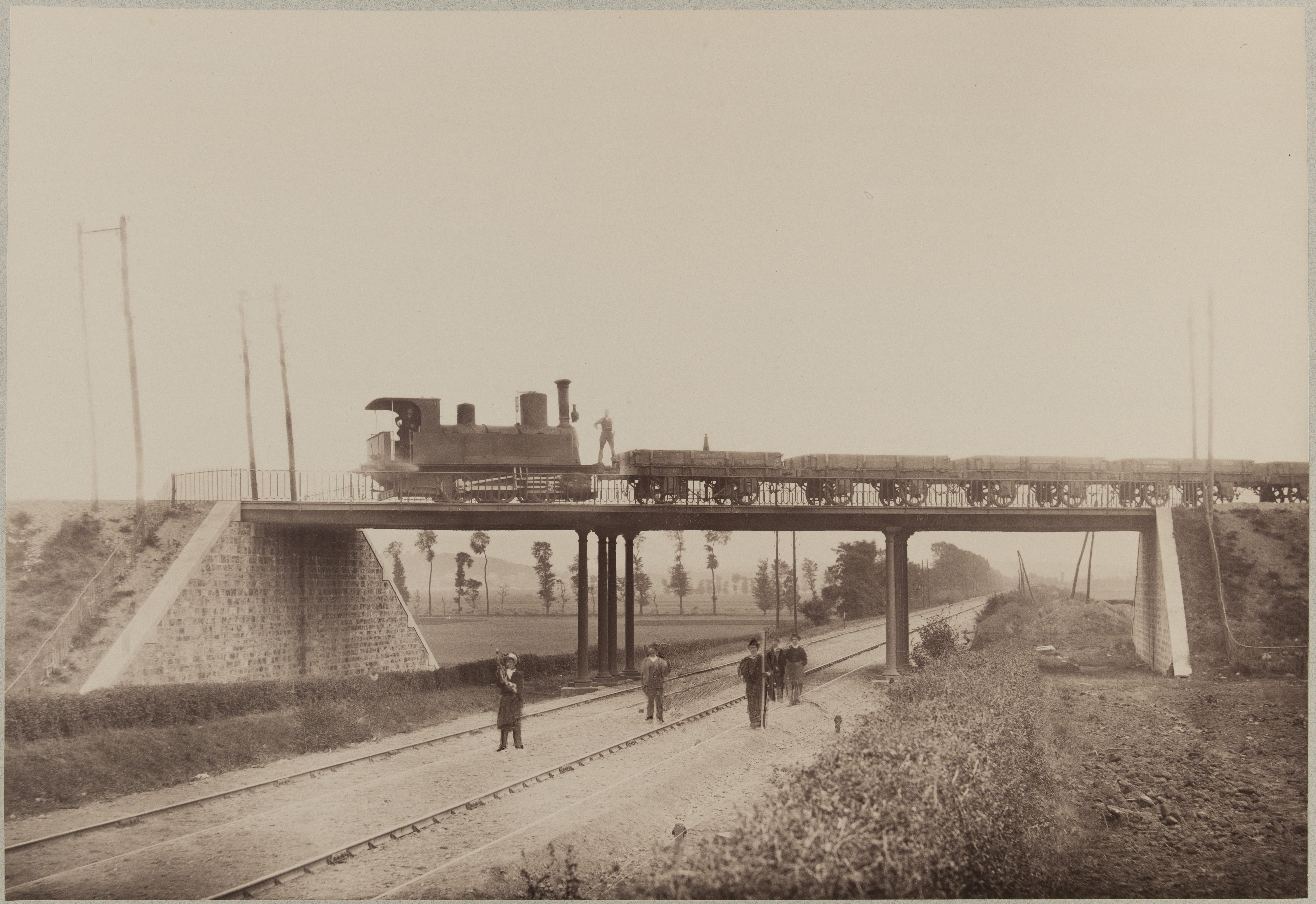 Полотно железной дороги из Парижа в Орлеан, на мосту поезд