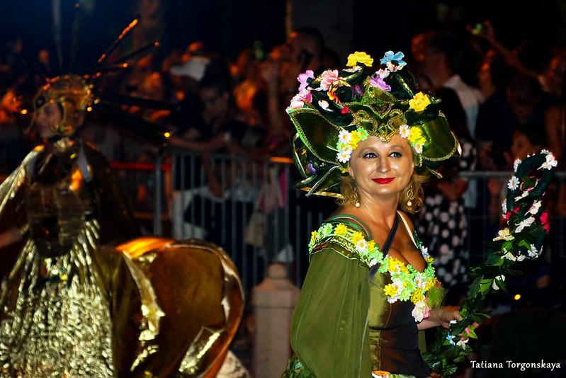 Женщина из будванской карнавальной группы