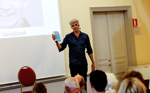 Skriva böcker och stå på scenen och berätta är lika viktigt för Pelle Sandstrak. Hans första bok har titeln Mr Tourette och jag. Sedan kom Mr Tourette och draken där han berättar om sitt liv från uteliggare till familjefar.
