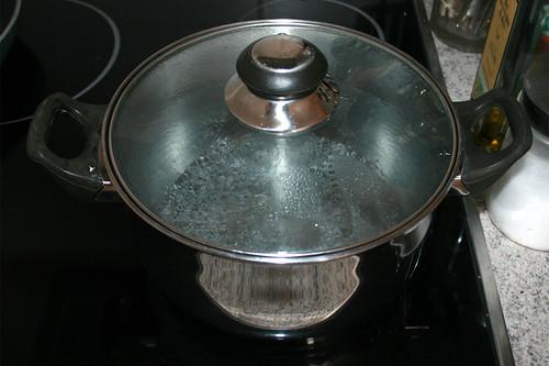 11 - Topf mit Wasser aufsetzen / Bring pot with water to a boil