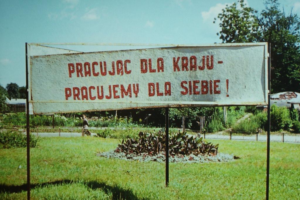 """Ancienne propagande communiste """"En travaillant pour le pays, nous travaillons pour nous"""". Mocak de Cracovie."""