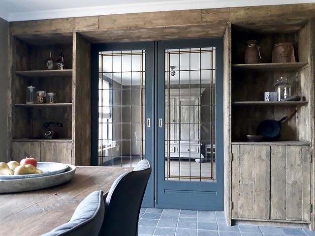 En suite deuren met glas in lood ramen