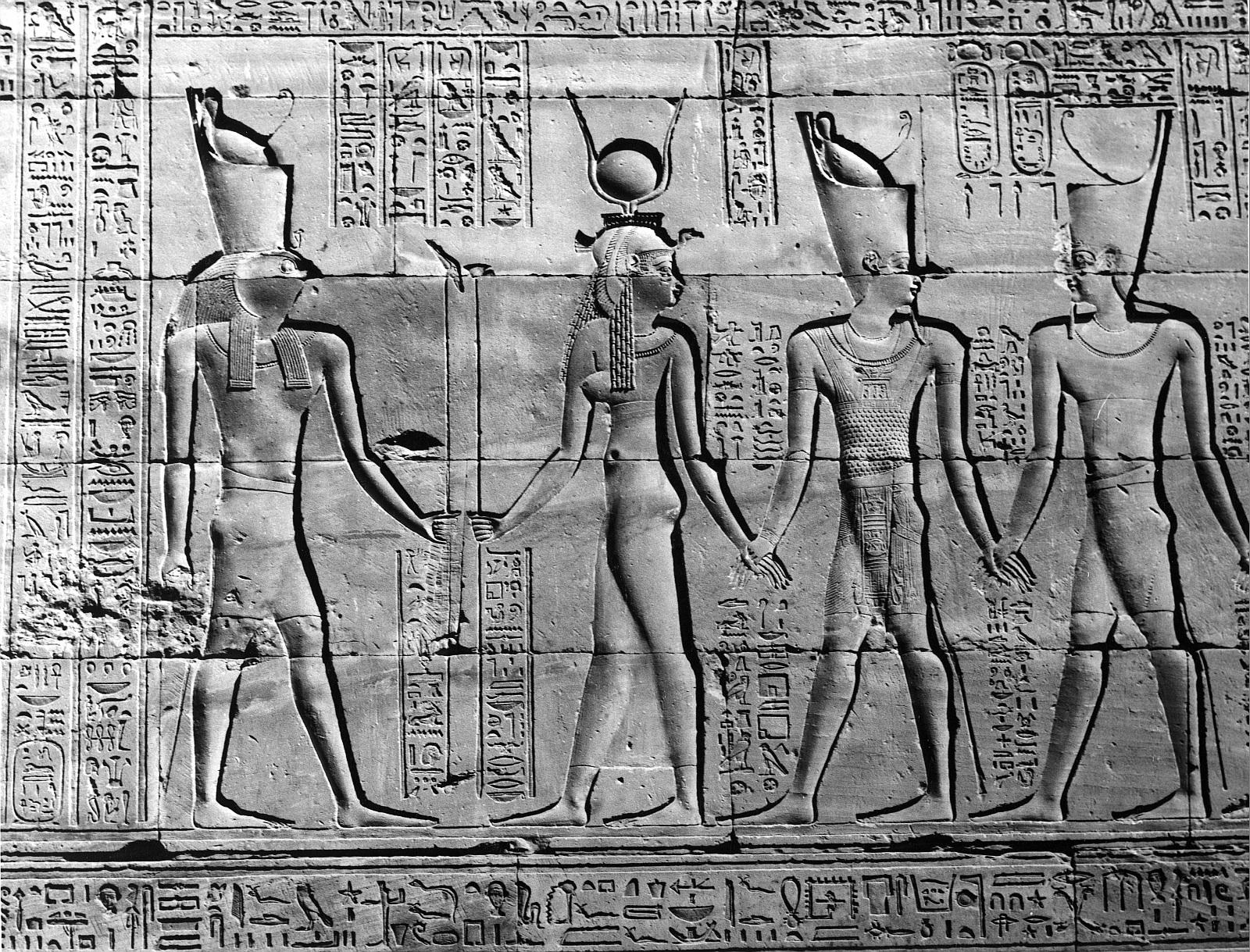 Эдфу. Храм Хоруса. Рельеф «Процессия богов» на внутренней стороне окружной стены