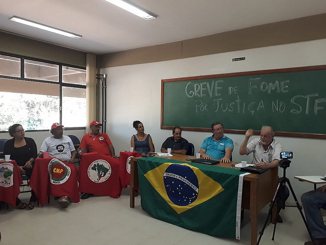 Six strikers and MST leader João Pedro Stedile held a press conference this Monday - Créditos: Neudicleia Neres de Oliveira