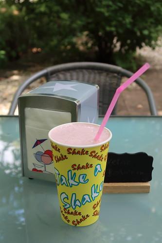 Joghurt-Kirscheis-Shake (von der Verkaufsstelle des Speiseeisherstellers Eis Mildenberger in Kirn)