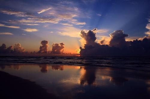 artisticsunrisephotography sunrise florida summer northernflorida 7518 unitedstates usa saintaugustineflorida villanobeach 2018 beach sea sand water atlanticocean waves ocean jetty sky cloudscape fun image16of30 series quartasunset444