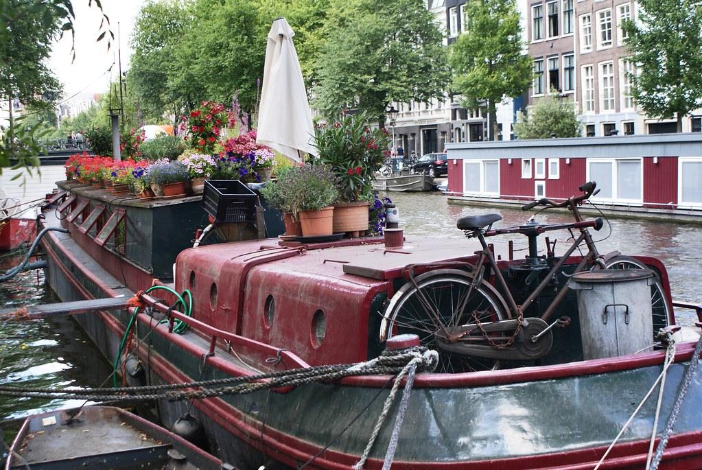 Péniche fleurie sur un canal du Jordaan à Amsterdam.