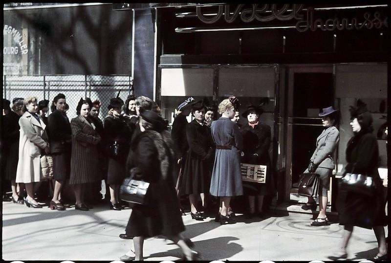 Очередь перед магазином на Итальянском бульваре. Сегодня распродажа ста пар искусственных шелковых чулок