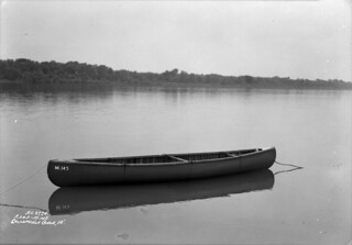 Fifteen-foot collapsible canoe / Canot pliant de 15 pieds