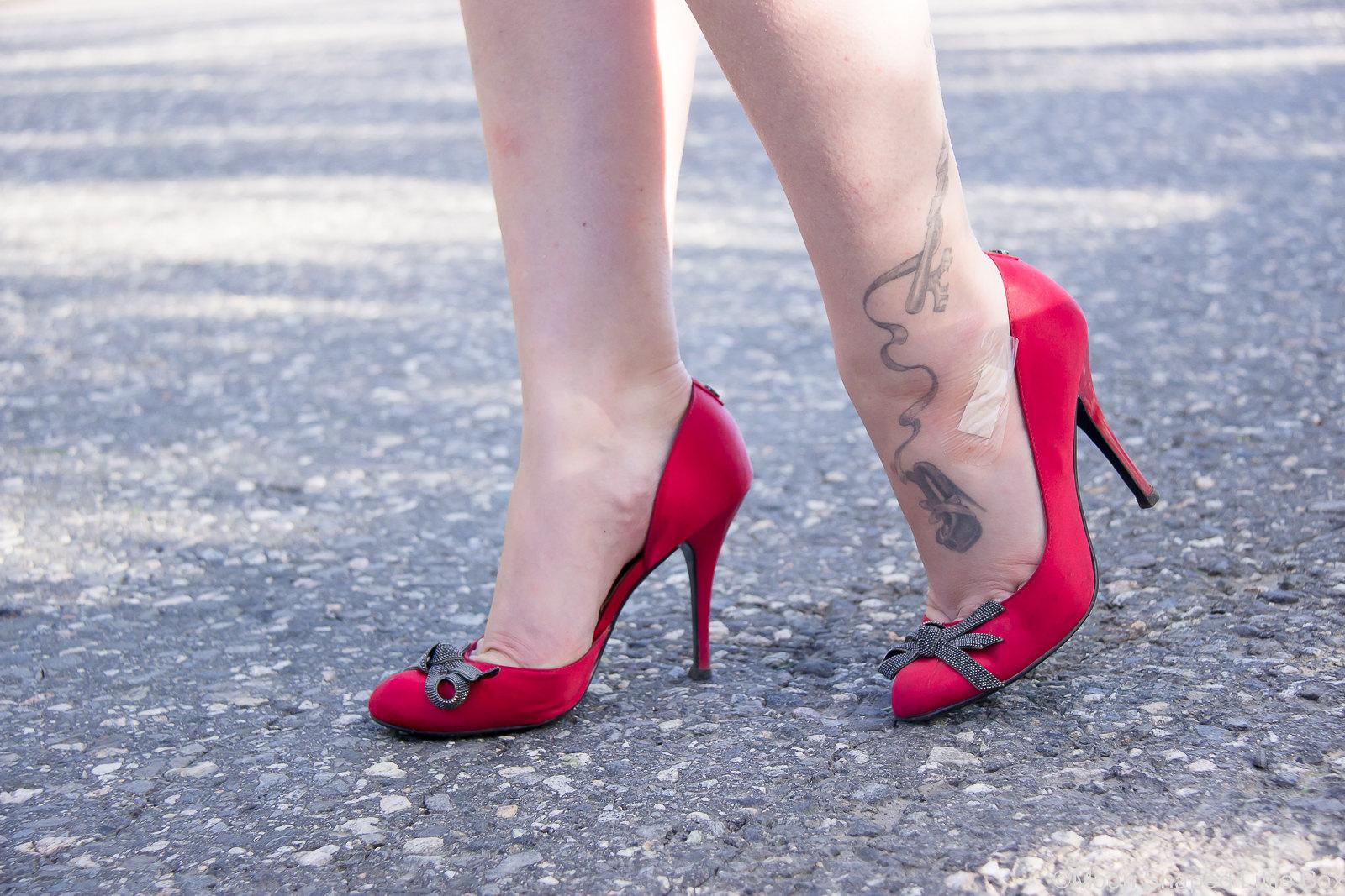 Nilkka tatuointi, tatuointi nilkassa, punaiset satiiniavokkaat, Guessin korkokengät
