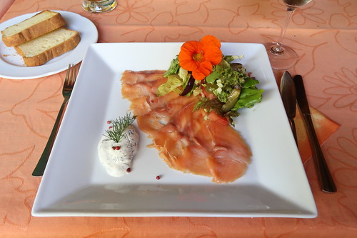 Hausgeräucherte Lachsforelle mit Frühlingssalat und Butterbrioche