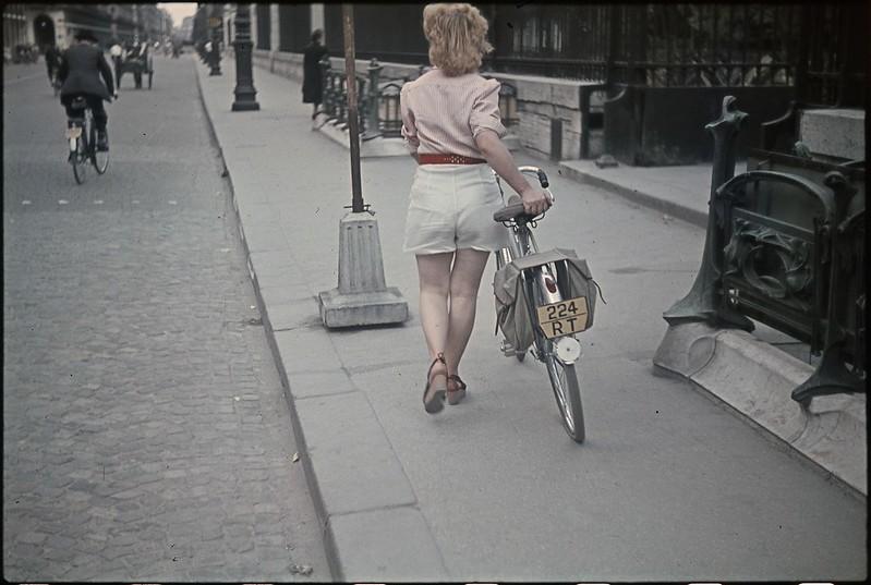 Девушка в шортах на улице Риволи