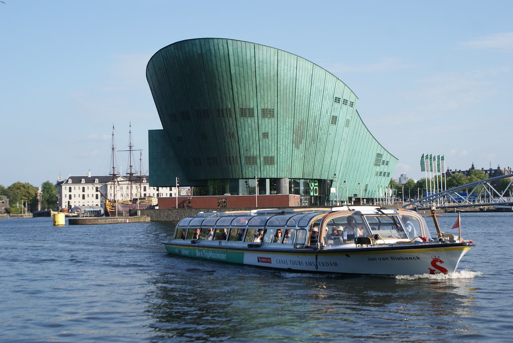Musée des sciences Nemo à Amsterdam. Le musée de la mer et des bateaux en arrière plan.