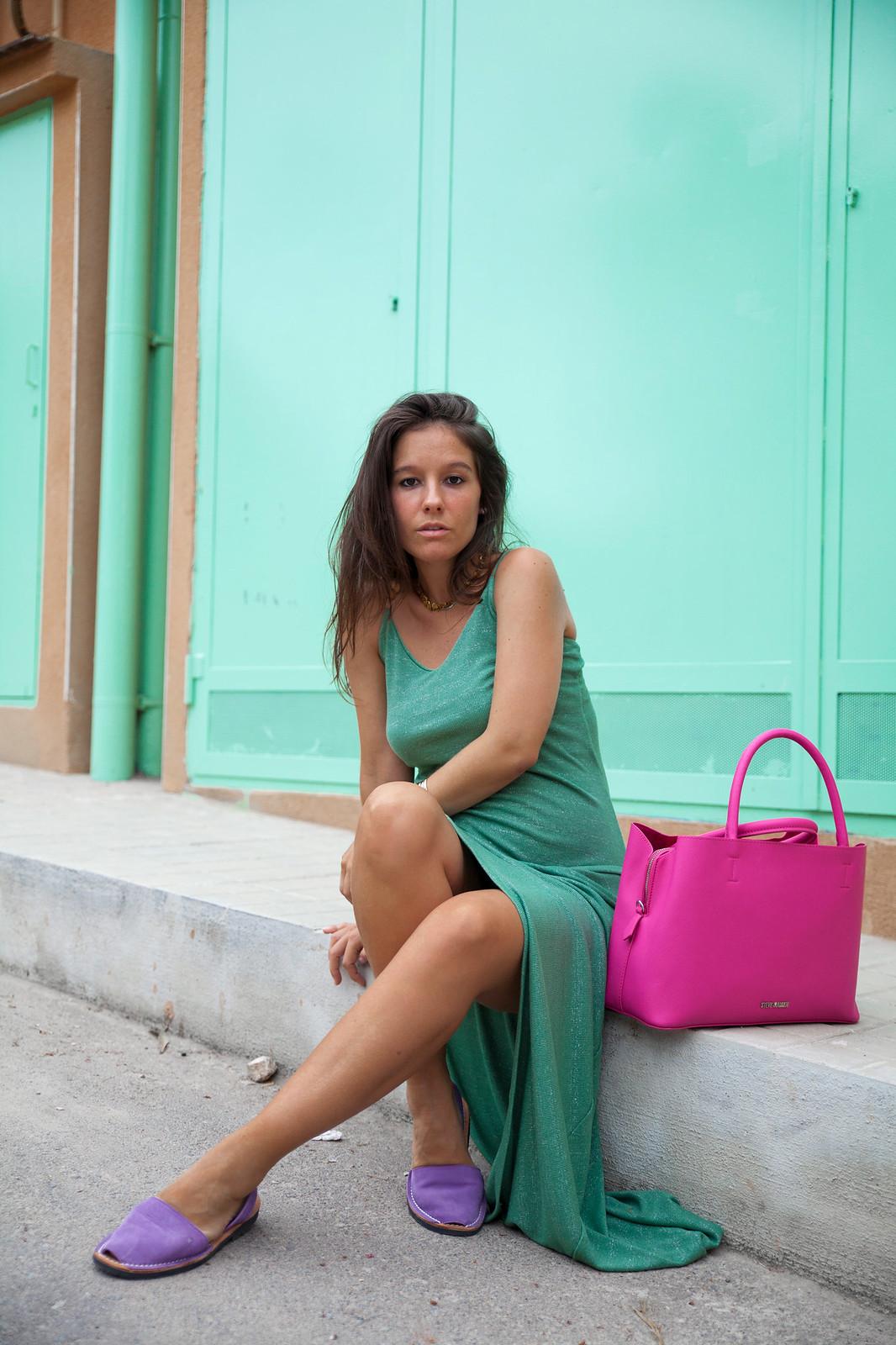02_Vestido_turquesa_largo_outfit_embarazada_influencer_barcelona_theguestgirl_bolso_rosa