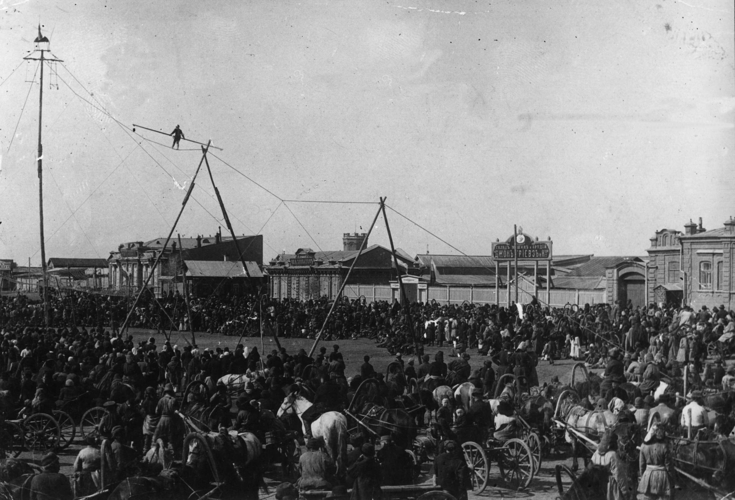 Выступление бродячего цирка на краю Базарной площади