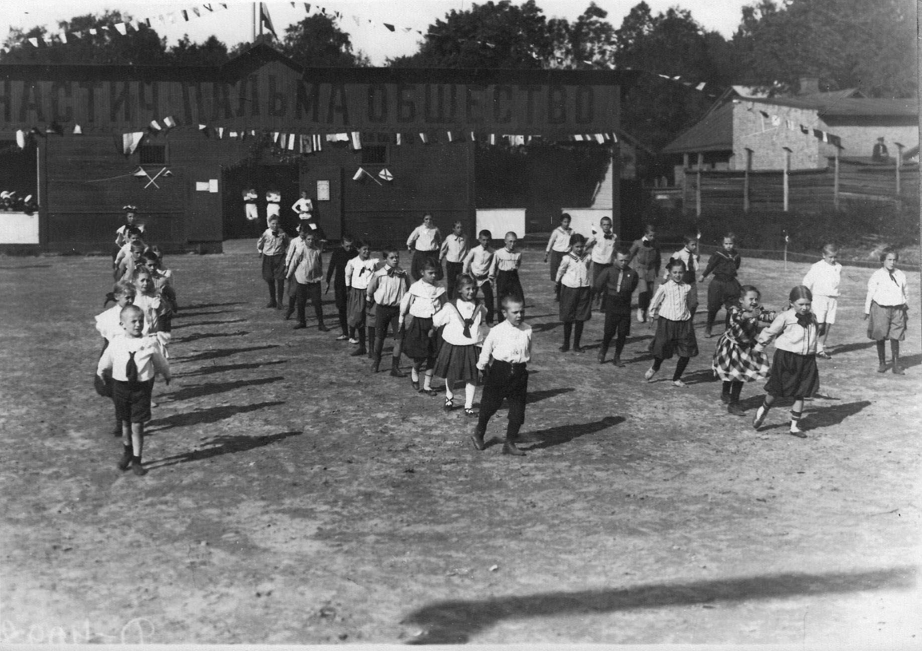 Группа детей на занятиях гимнастикой