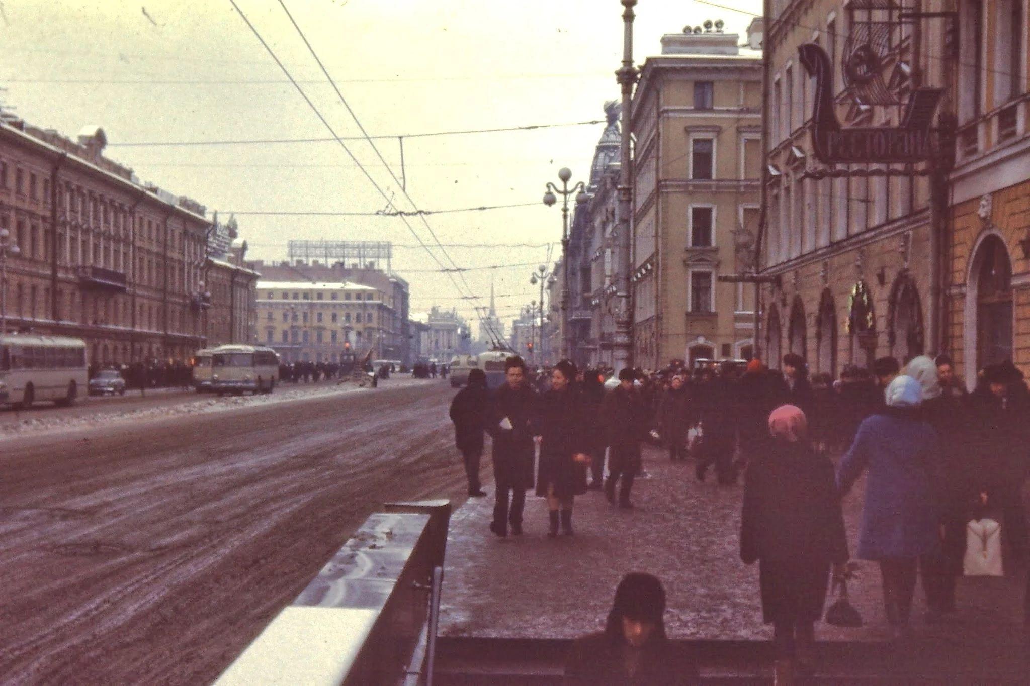 Невский проспект. Главная улица Ленинграда. Однажды вечером мы с Гарри Леноблем отправились в один из ресторанов в подвале на этой улице. Официанты проигнорировали нас. И после долгого ожидания мы ушли, так и не поев