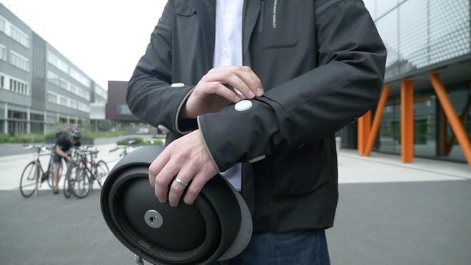 【圖四】智慧夾克的衣袖附有如汽車的方向燈號,能在騎士向左或向右轉彎時發光。