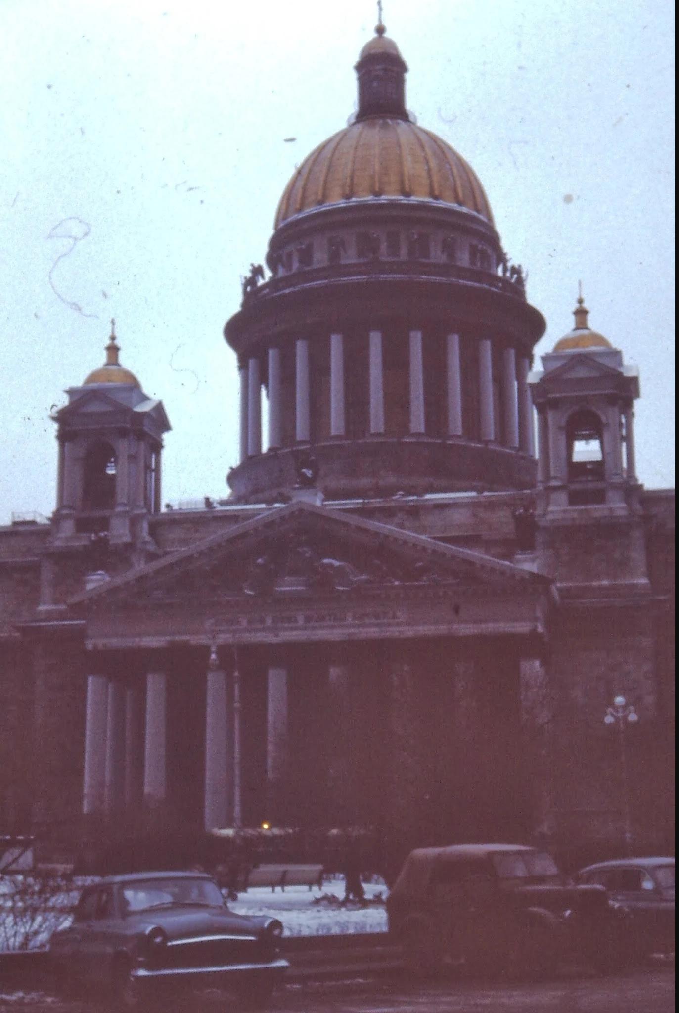 16. Исаакиевский собор (1818 - 58). Золотой купол покоится на 112 колоннах