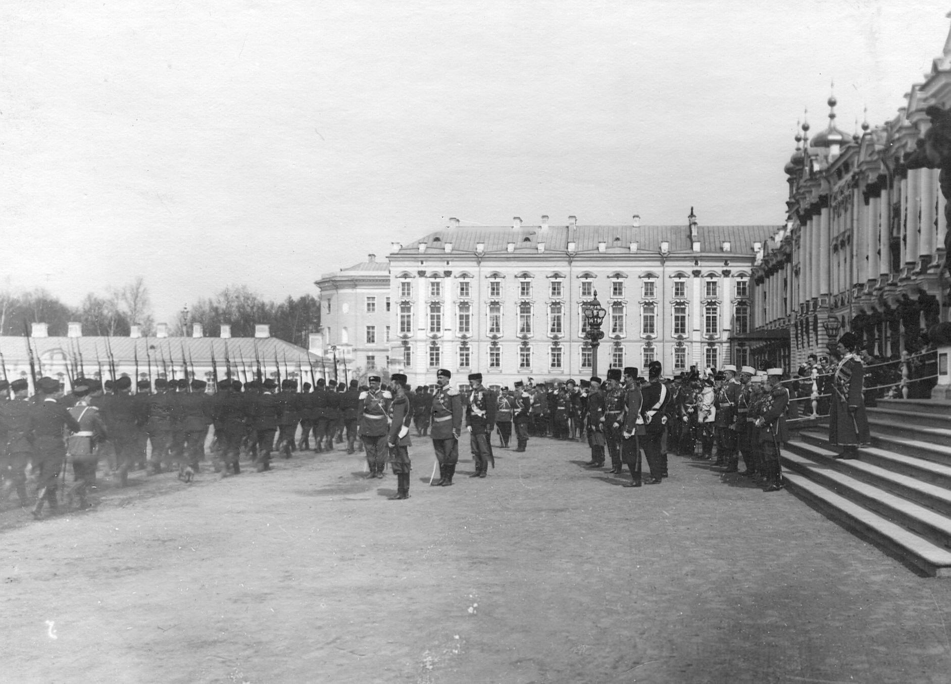 Церемониальный марш 2-го стрелкового Царскосельского батальона в присутствии императора Николая II в день батальонного праздника. 7.04.1903