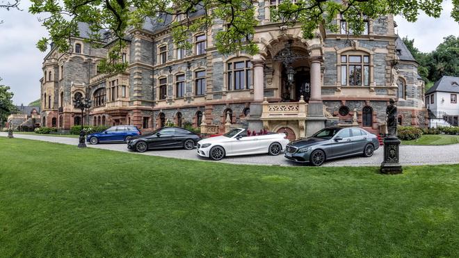 除了帶來轎車、旅行車、雙門轎跑車型以外,The new C-Class更首度引進敞篷車款,性能子品牌Mercedes-AMG也不會缺席,堪稱史上...