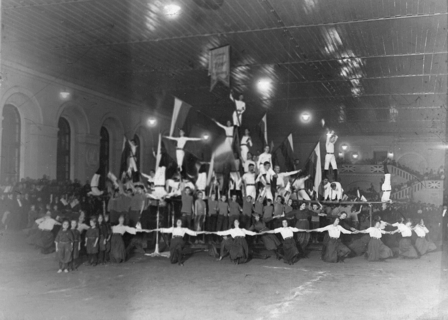 Группа спортсменов гимнастического общества «Пальма» выполняющих Пирамиду в спортивном зале