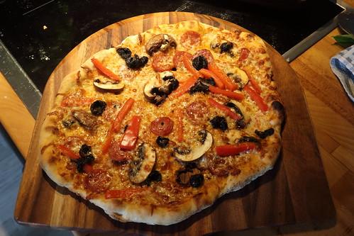 Pizza mit frischen Champignons, Paprika und scharfer Salami (frisch aus dem Pizzaofen)
