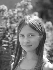 Portrait de jeune fille en noir et blanc