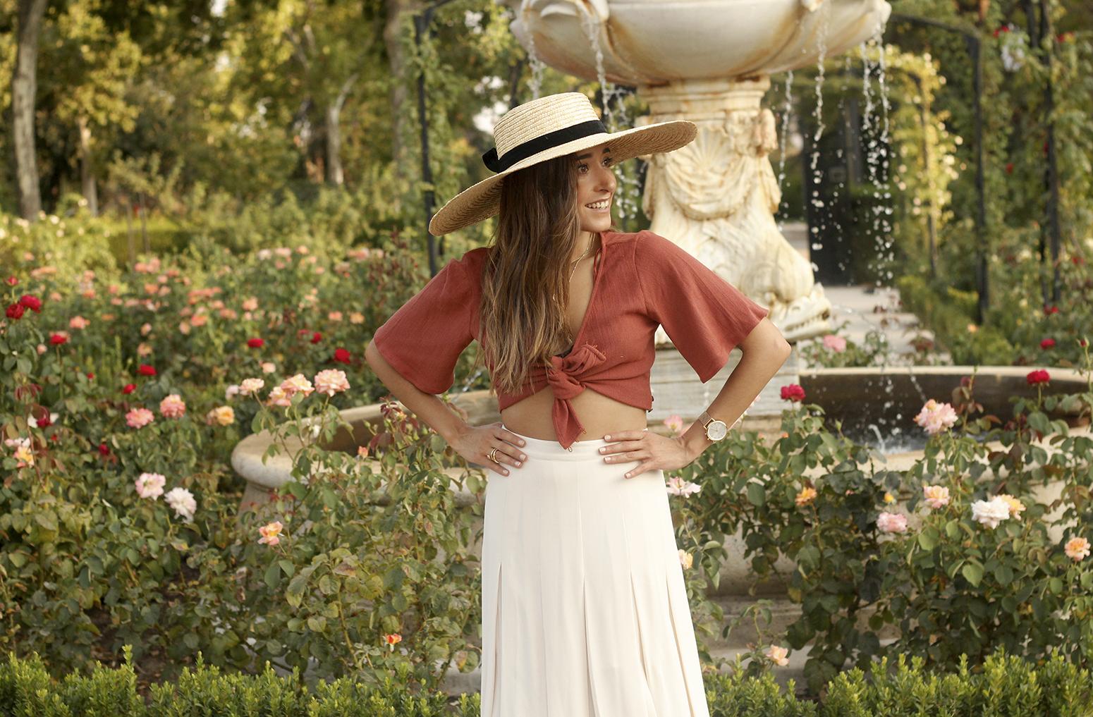 terracotta top white midi skirt straw hat flat sandals street style 201809