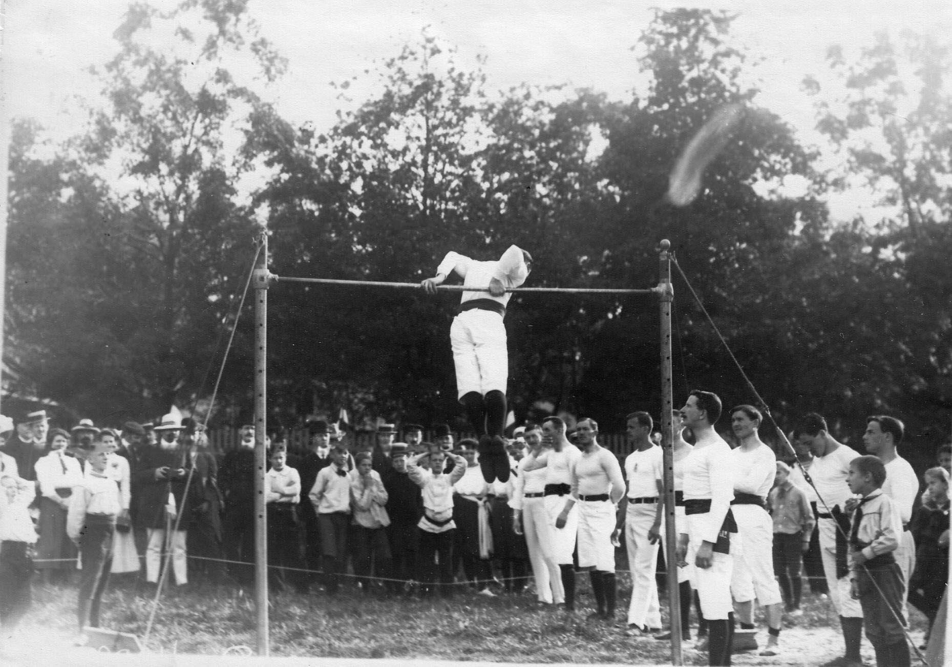 Член Гимнастического общества «Пальма» выполняет упражнения на турнике