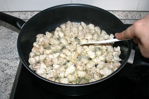 27 - Hähnchenbrustwürfel rundherum scharf anbraten / Fry chicken dices