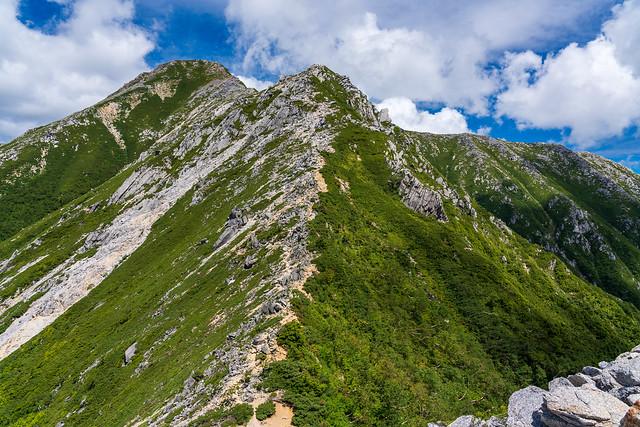 2512mピーク直下より雄大な常念岳
