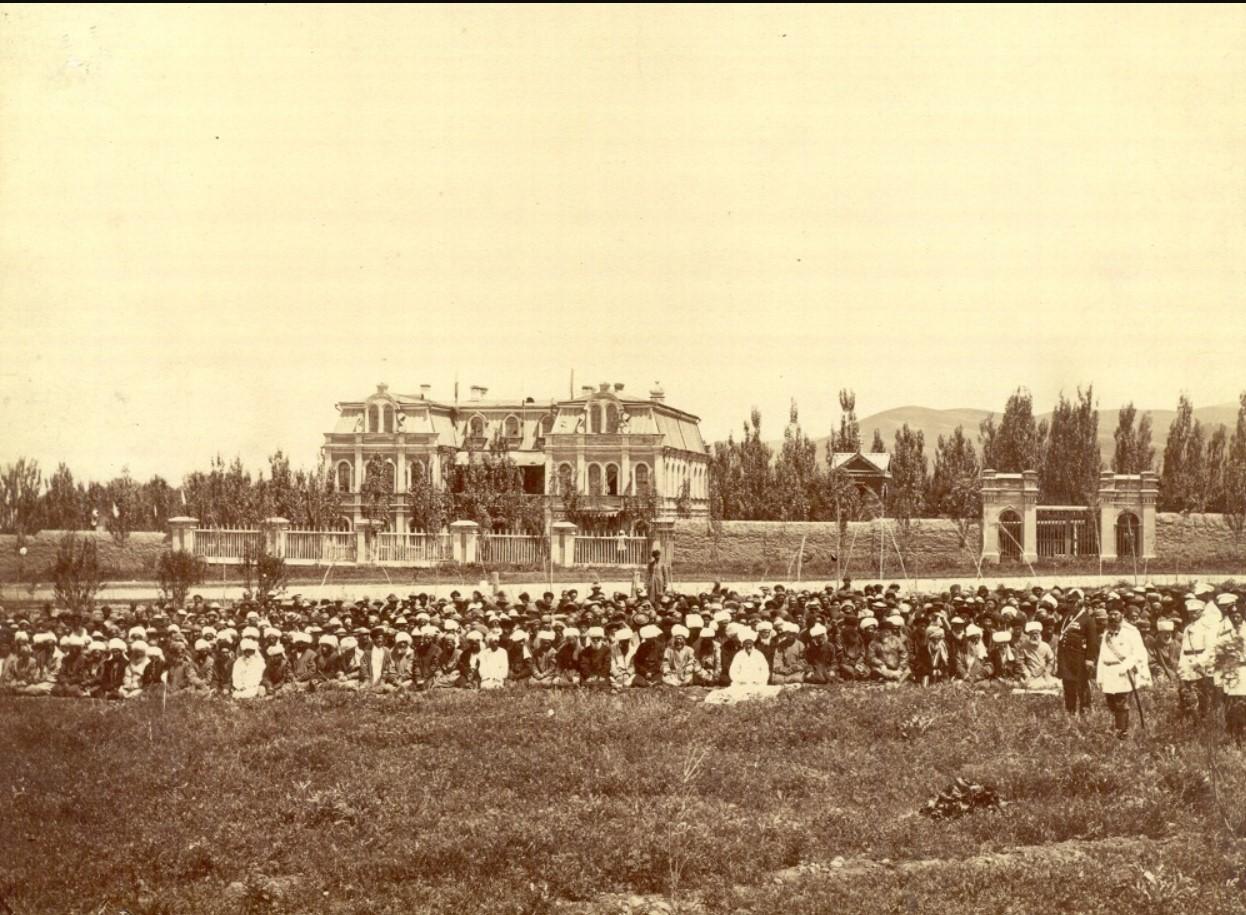 Жители Верного на фоне Архирейского дома, 1885