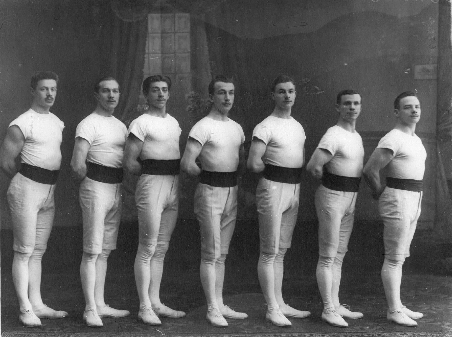 Группа спортсменов гимнастического общества «Пальма» в спортивных костюмах