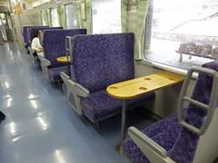車両は全てキハ110に更新されており、一部テーブル付きの列車もある