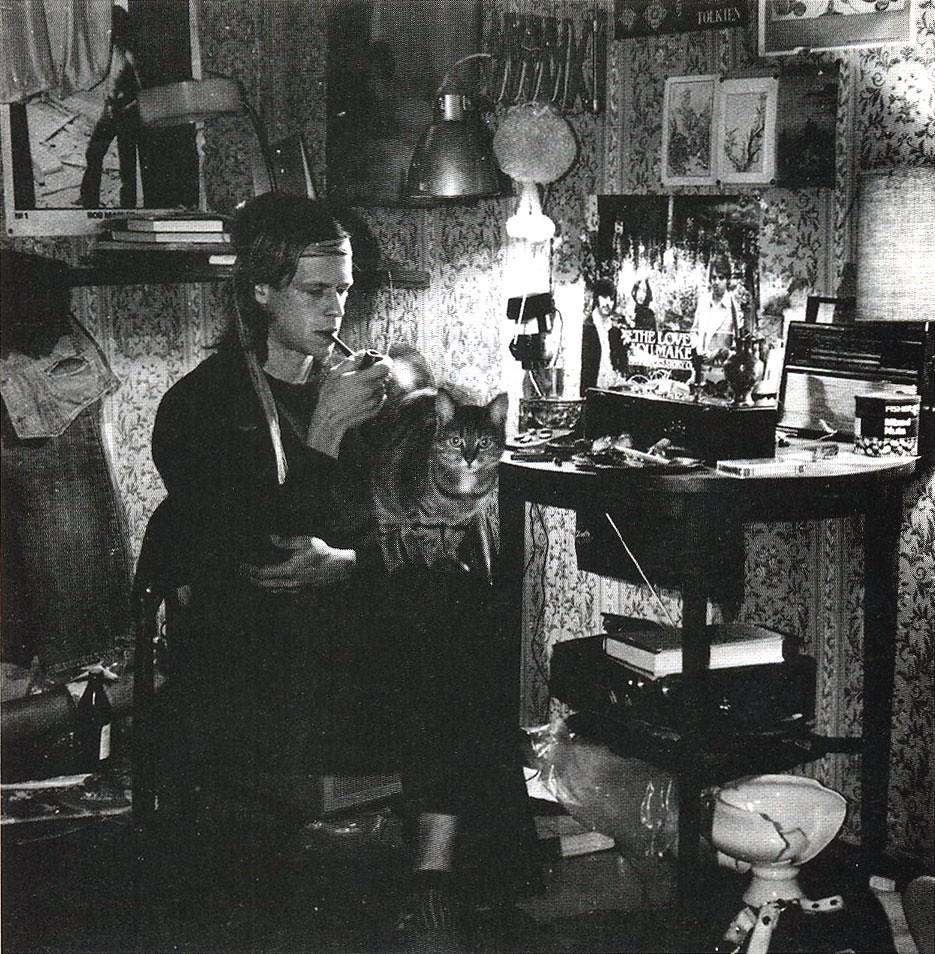 БГ. Так выглядела комната в его коммуналке на самом верхнем этаже дома по Софьи Перовской. 1985