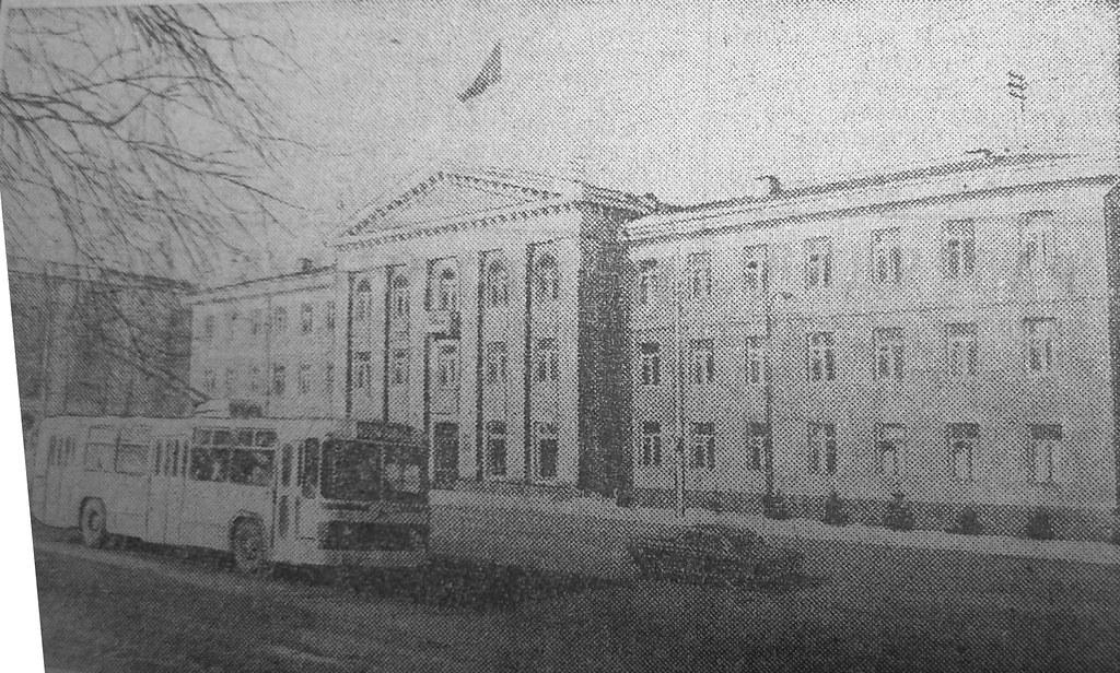 13 троллейбус в 1976 году у здания администрации заводского района