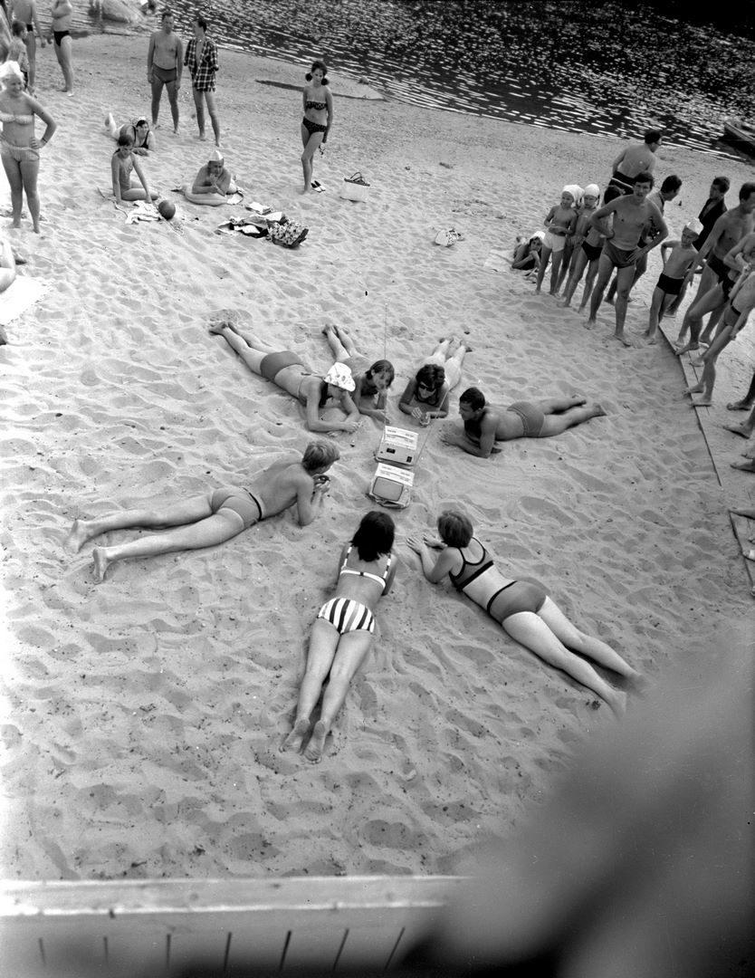 1968. Отдыхающие слушают музыку с первых транзисторных телевизоров Юность