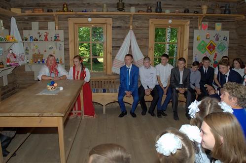 Учащиеся старших классов на театрализованном представлении «Тарханская свадьба»